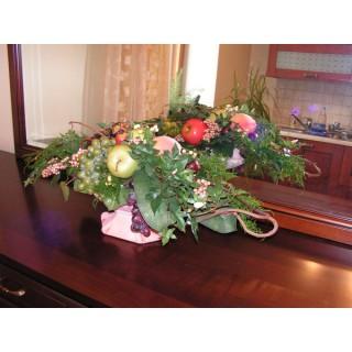 Композиция с фруктами в стеклянной вазе